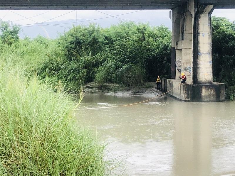 嘉市彌陀映月橋上遺留男拖鞋一雙 警消緊急出艇搜救
