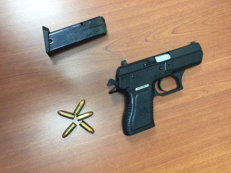 ▲86年次的劉姓男子於案發後,帶裝有一把槍與五發子彈的包包向警方投案。(圖/林口分局提供)
