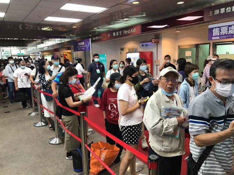 ▲台北國際觀光博覽會(TTE)今(28)日於台北世貿一館登場,還沒開門便出現排隊人潮。(圖/記者葉政勳攝,2020.08.28)