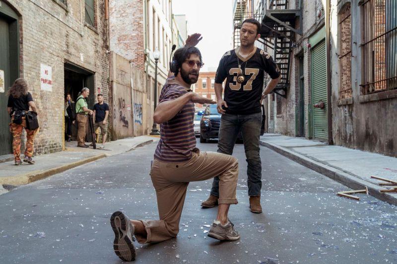 ▲▼喬瑟夫高登李維(上圖,下圖右)街頭狂飆自行車,被甩飛到空中。(圖/Netflix)