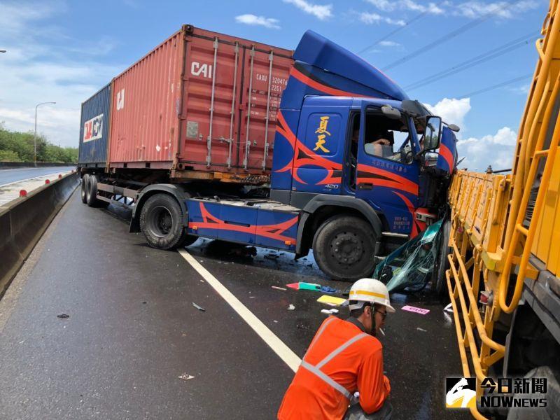 影/台61線線西路段<b>貨櫃車</b>撞工程車 駕駛夾在車內
