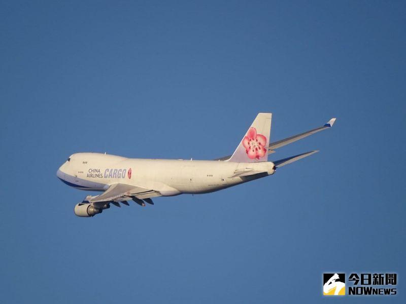 獨/CHINA AIRLINES字體變小 華航首架777F貨機今晚抵台