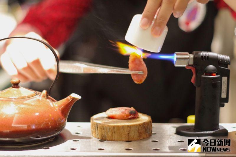 ▲除了基本調酒外,調酒師還使用煙燻香腸、香料增添香氣,製作獨一無二的創意調酒。(圖/記者陳致宇攝)