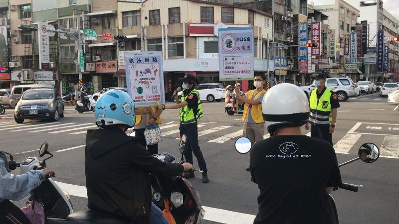 台南市交通警察大隊在路口進行路口安全大執法宣導