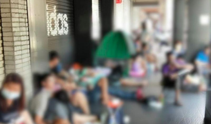 ▲網友分享在藥妝店看到有人出動帳篷排隊搶口罩。(圖/翻攝口罩現貨資訊專區)