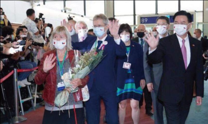 ▲捷克參議院議長韋德齊(Miloš Vystrčil)率團參訪台灣,昨天(1日)下午進行第三次篩檢,全團89人仍都為陰性。(圖/翻攝自蔡英文臉書)