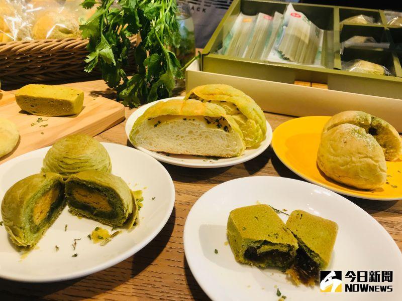▲香菜月餅餡是用蓮蓉加上香菜粉入味著色,並使用千層餅皮口感更。(圖/記者陳雅芳攝,2020.08.30)