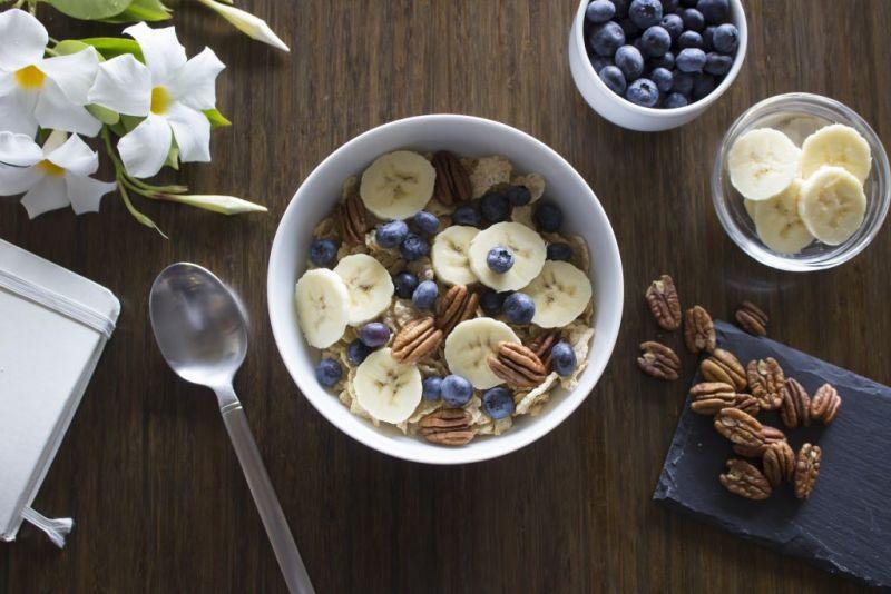 ▲香蕉也可搭配堅果、麥片當早餐。(圖/pixabay)