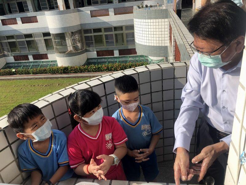 開學首日<b>視察</b>校園防疫措施 潘孟安與學童示範洗手七字訣