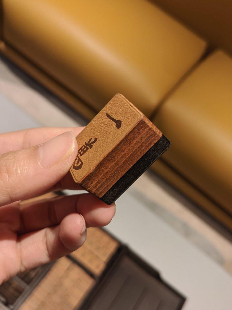 ▲每顆麻將都是使用實心的薔薇木和小牛皮縫製而成,全套手工製作。(圖/推特)