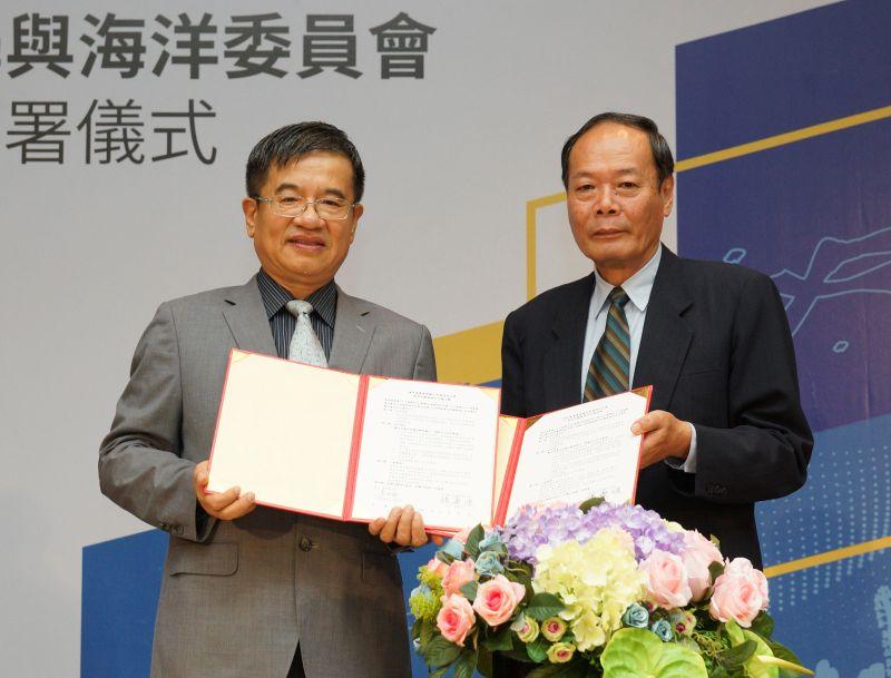▲海洋委員會主任委員李仲威(右)與高雄科技大學校長楊慶煜(左)共同簽署合作備忘錄。(圖/記者黃守作攝,2020.08.31)