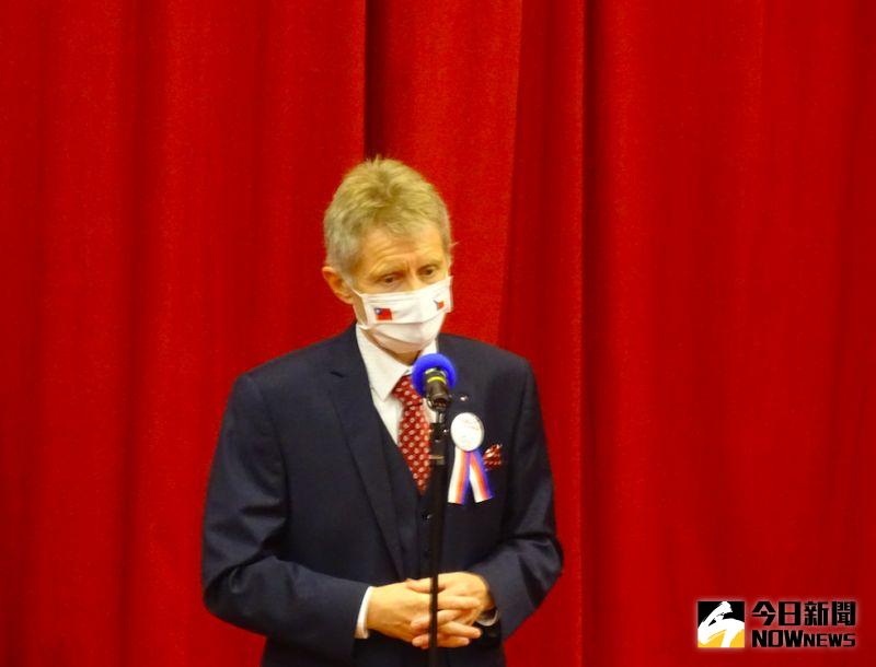 ▲捷克參議院議長韋德齊(Miloš Vystrčil)帶著印有台灣與捷克國旗的口罩,在政大發表演說。(圖/記者呂炯昌攝.2020.08.31)