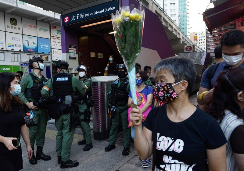 ▲不少香港市民於 8 月 31 日當天前往港鐵太子站參加紀念活動,去年此時,這裡曾發生激烈的警民衝突。(圖/美聯社/達志影像)