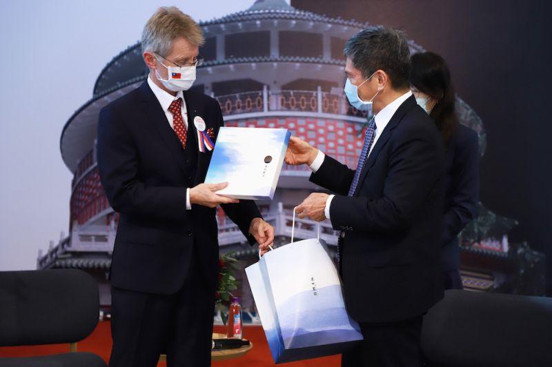 ▲韋德齊也致贈李永得捷克著名的玻璃藝術作品,李永得則回贈象徵節節高升的「理節筆」與客家特色的藍染圍巾。(圖/文化部提供)