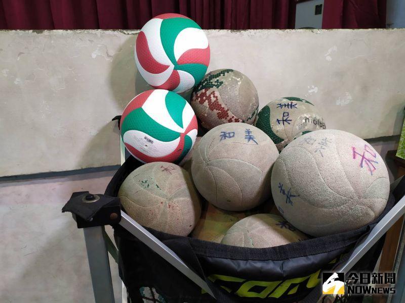 ▲老舊脫皮的舊球與嶄新的排球形成明顯對比。(圖/記者葉靜美攝,2020.09.01)