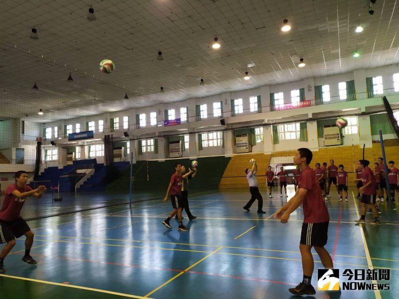 ▲同學使用新球練習,提早適應新球手感。(圖/記者葉靜美攝,2020.09.01)