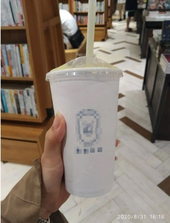 ▲女網友PO出這杯超苦的「酪梨牛奶加布丁」。(圖/翻攝自《Dcard》)