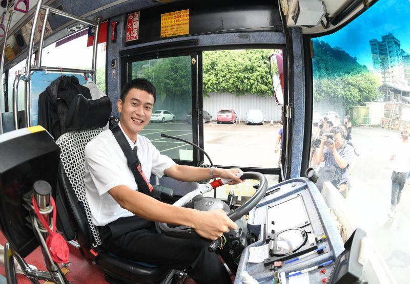 ▲劉冠廷扮公車司機維妙維肖。(圖/牽猴子)