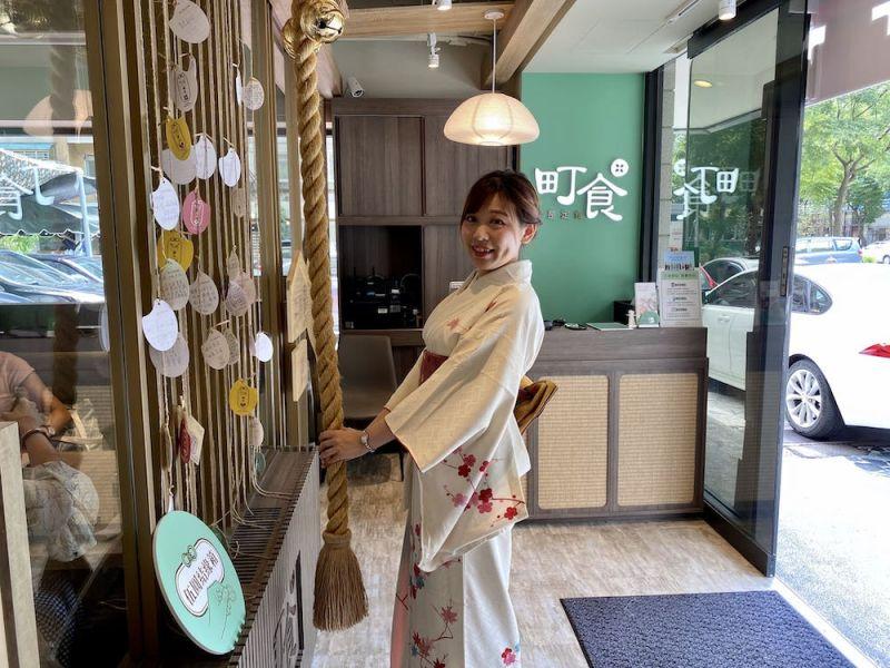 ▲新品牌以淺色木作搭配跳色妝點,融入日本獨特的「祈福搖鈴」互動裝置,消費者可以比照到日本神社參拜體驗。(圖/業者提供)