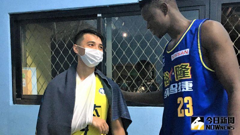 籃球/「狀元」李漢昇遭探花撞傷右肩 賽後兩人大和解