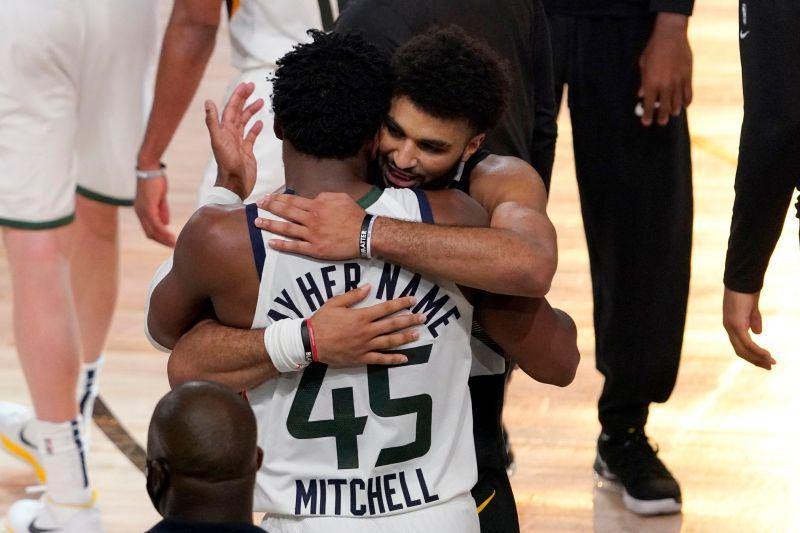 ▲Jamal Murray和Donovan Mitchell在首輪系列賽英雄惜英雄,搶七戰結束後互相擁抱致意,場面讓人感動。(圖/美聯社/達志影像)