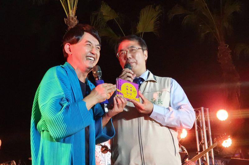 ▲黃子佼(左)拉台南市長黃偉哲一起合唱《舞女》。(圖/安平虎鯨ORCA GO!提供)