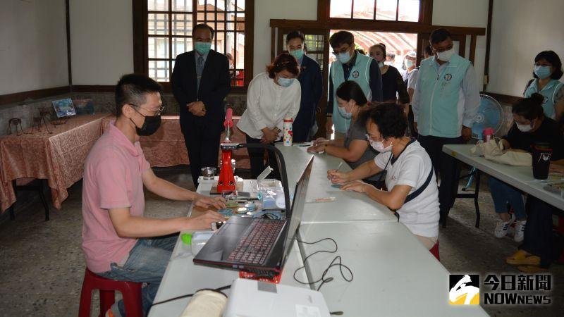 ▲來賓們參觀限量加碼DIY手作體驗操作。(圖/記者郭政隆攝影2020.9.2)