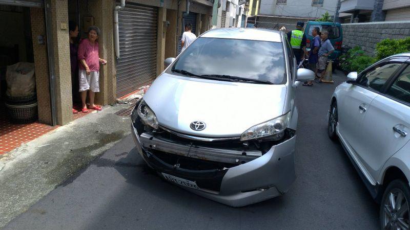 ▲警方偵防車遭撞毀損。(圖/記者陳聖璋翻攝)