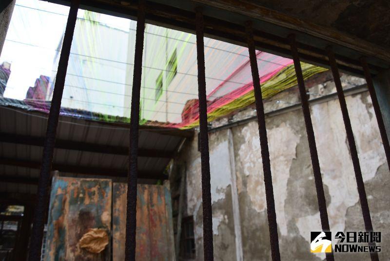 ▲照片剪成小片狀之後黏上鐵窗,就好像拼圖一樣,放在鐵窗上拼出照片,正面看不出來,側面一看,照片浮現在鐵窗上,這也是小西巷社區的相簿之一。(圖/記者陳雅芳攝,2020.09.02)