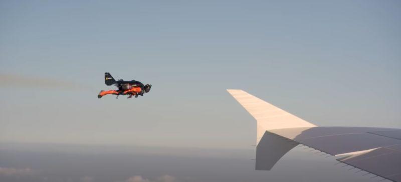 3千呎高空驚見「鋼鐵人」陪飛?網友狂猜:該不會是他