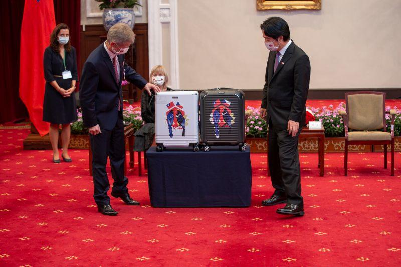▲總統府贈捷克訪問團MIT行李箱,藍鵲與黑鷹的設計,出自文總之手。(圖/文化總會提供)