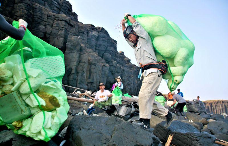 偉哉特戰尖兵 澎西吉退役傘兵搶灘協助清海廢垃圾