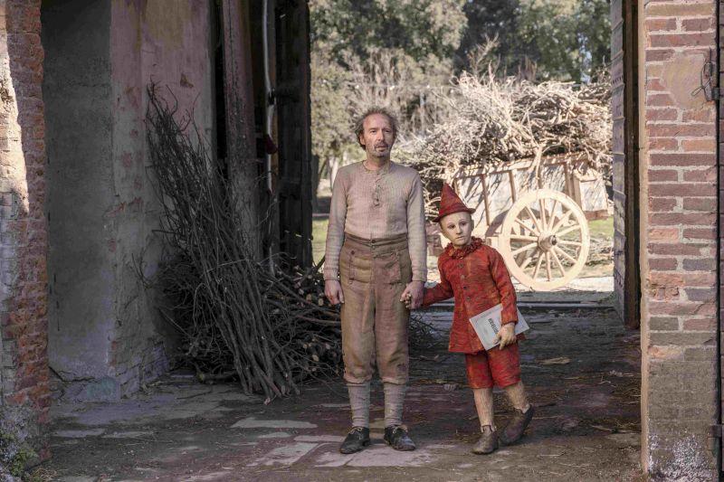 ▲奧斯卡影帝羅貝托貝尼尼(左)飾演皮諾丘的木匠老爸。(圖/海鵬)