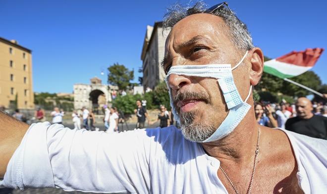 羅馬千人上街 抗議強制學童戴口罩和接種疫苗