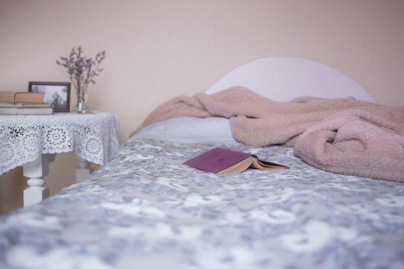 農曆七月躺床<b>滑手機</b>!女聞「神祕異味」 真相曝光全爆哭