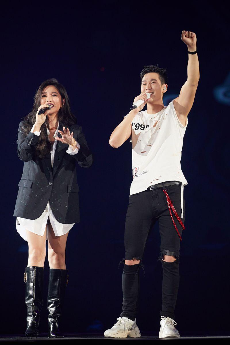 ▲A-Lin(左)在周興哲演唱會上表演從未曝光的新歌。(圖/星空飛騰提供)