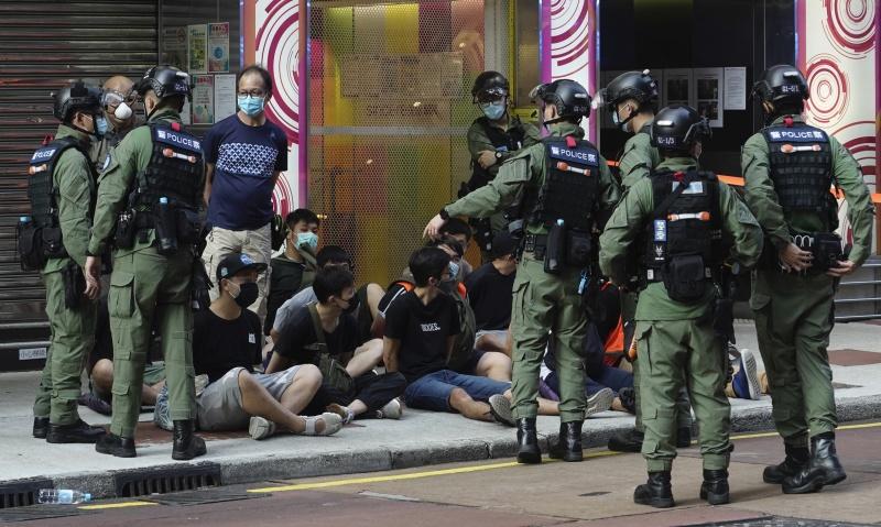 港遊行捕289人!12歲女遭警壓制在地 母:只是去買顏料