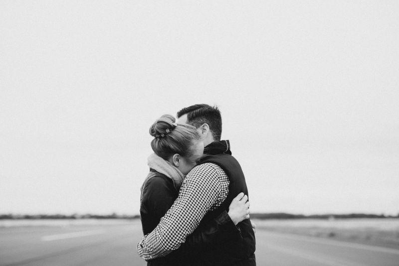 女友逛夜市「突被陌生人抱」!男下秒臉綠 網:真是夠了