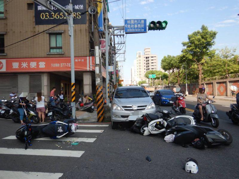 影/酒駕男闖禍一路不停 先撞女騎士再撞倒6機車