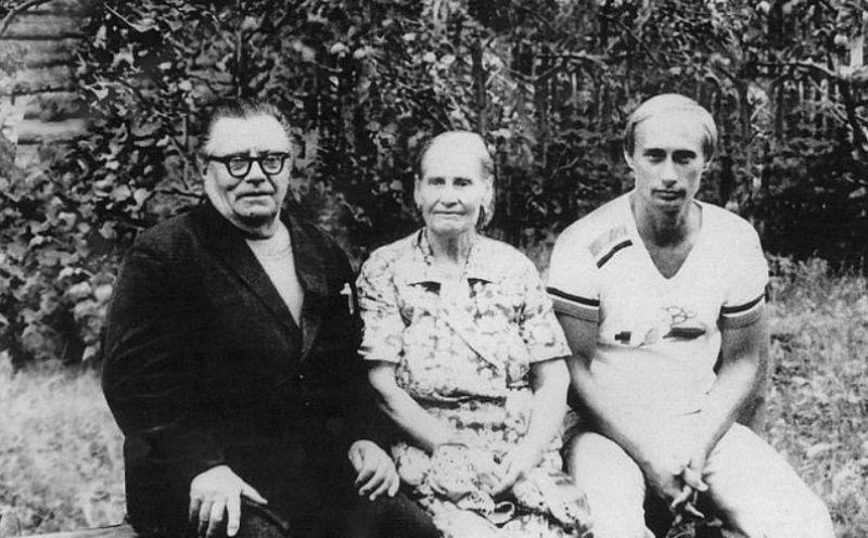 ▲普丁與父母。攝於