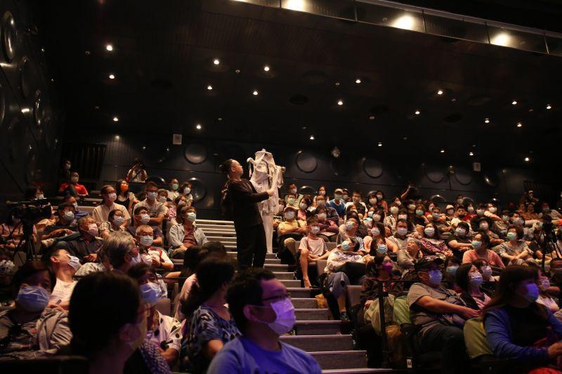 ▲三昧堂的布袋戲是獨有的「無戲台演出」,操偶師會在觀眾面前操作戲偶。(圖/三昧堂提供,2020.09.07)