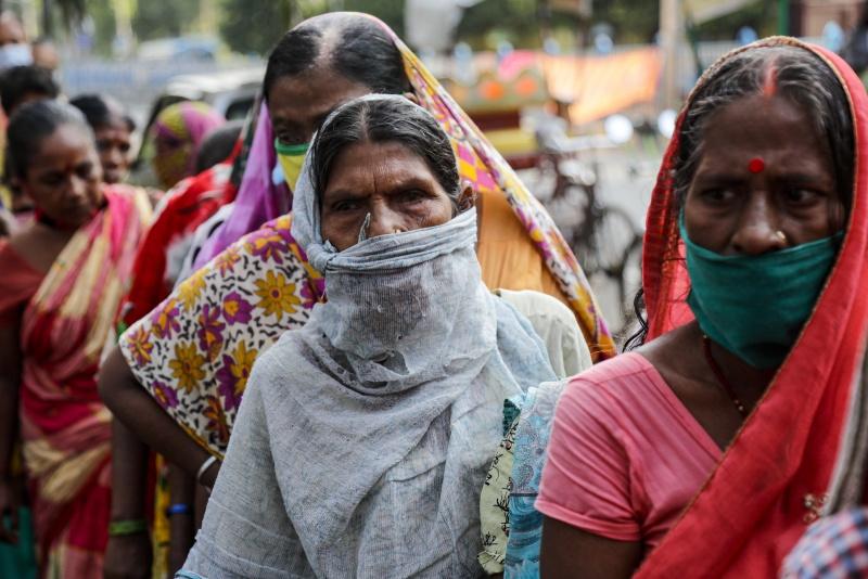 ▲印度的新冠肺炎確診總數在 7 日超越巴西,成為全球第 2 大疫區。圖為近日加爾各答。(圖/美聯社/達志影像)