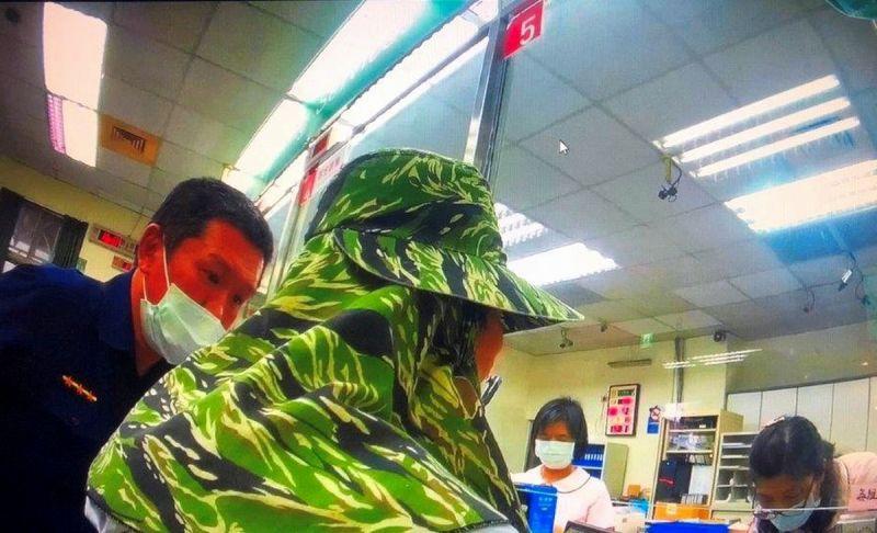 <b>老婦</b>誤信詐騙集團老梗 屏東東港警機警與行員即時阻詐