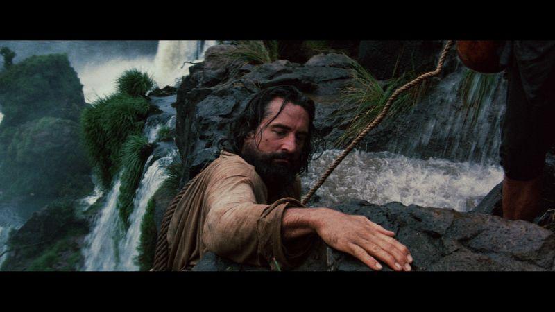 ▲▼勞勃狄尼洛背負行囊赤腳爬瀑布與叢林的戲,通通都是真槍實彈演出。(圖/甲上)