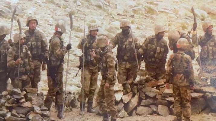 網傳中印河邊打群架 印媒刊照片證實:解放軍持關刀靠近