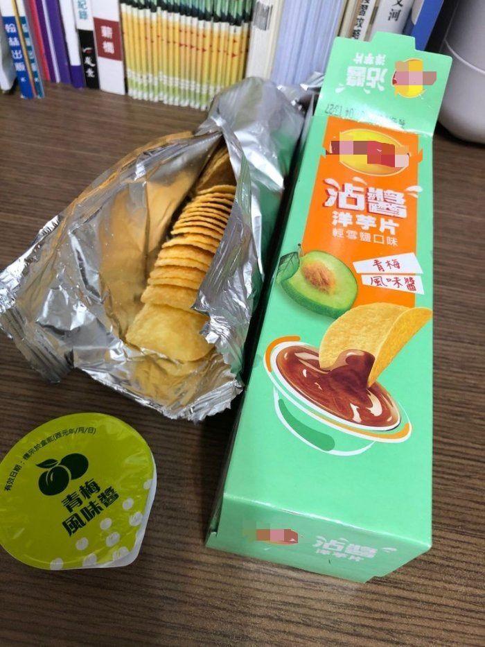 ▲原PO在超市看到有推出的沾醬洋芋片,覺得很新奇決定買回家試試看。(圖/翻攝自《