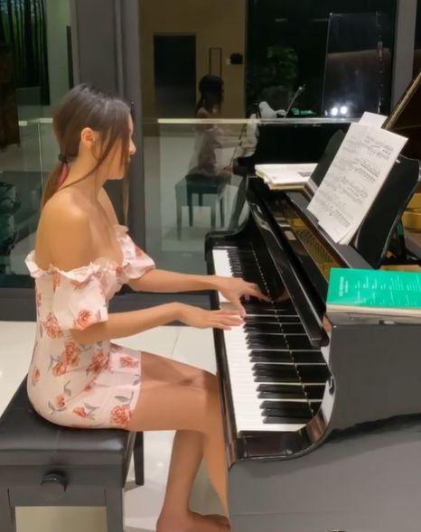 鋼琴女神15秒彈琴片右胸大走光 懊惱:不該PO上來