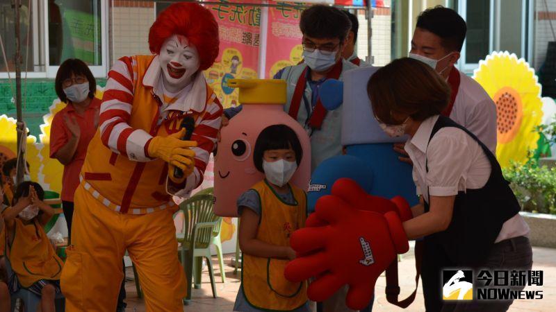 ▲麥當勞叔叔教導學童學習到正確洗手的步驟及時機。(圖/記者郭政隆攝影2020.9.9)