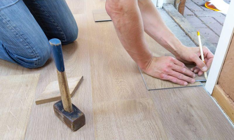 ▲木質地板能提升居家質感,但台灣天氣容易潮濕,真的適合鋪木地板裝潢嗎?(示意圖/翻攝自《pexels》 )