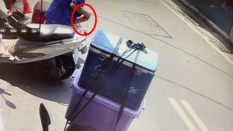 ▲北斗果菜市場屢屢傳出偷竊案件,竊嫌撬開機車置物箱。(民眾提供